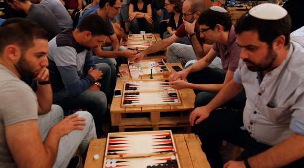 Revista Al Damir Backgammon Un Juego De Mesa Que Une A Israelies